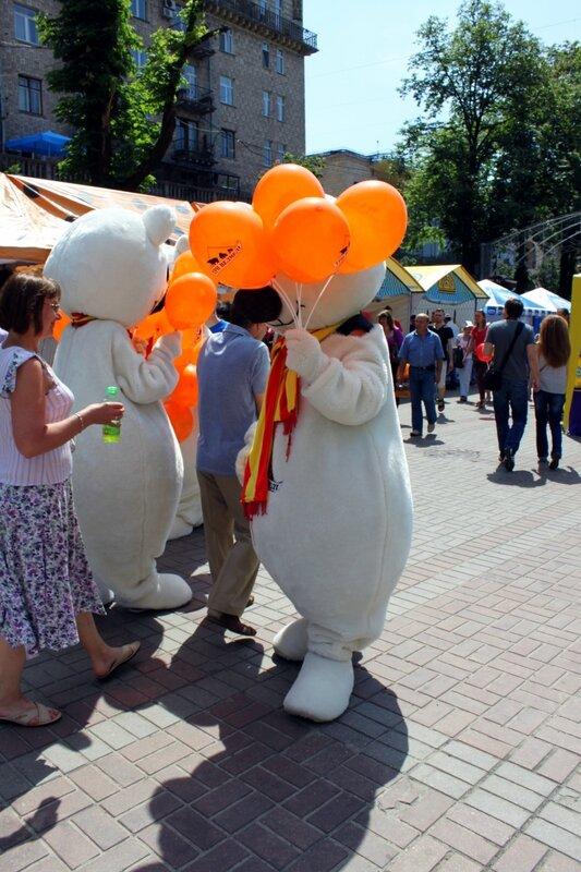 Раздача воздушных шариков на фестивале мороженого