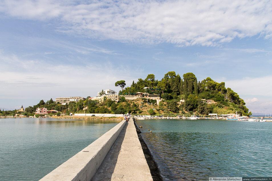 Бетонный пешеходный мостик через залив, Канони, Керкира, Греция