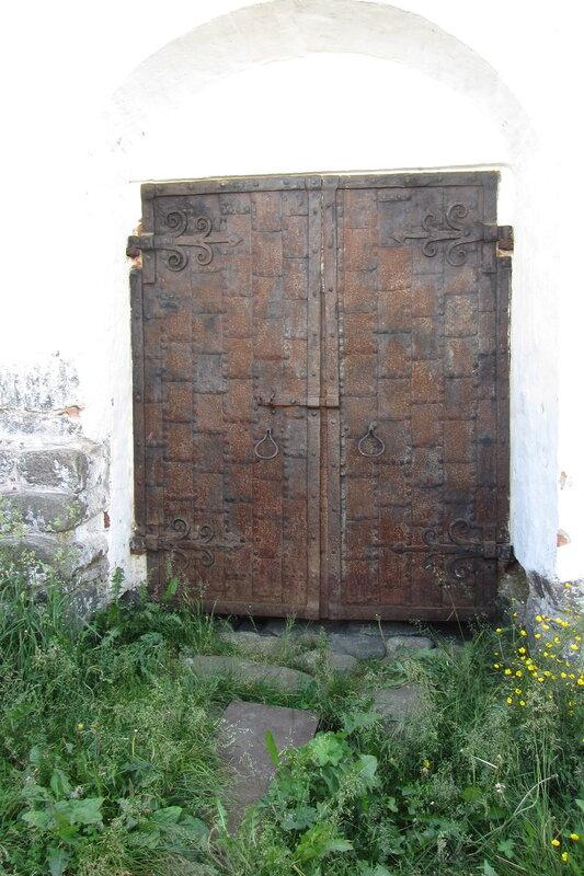 Соловки, карелия. Кованные ворота в Соловецком монастыре. Сюда заросла народная тропа