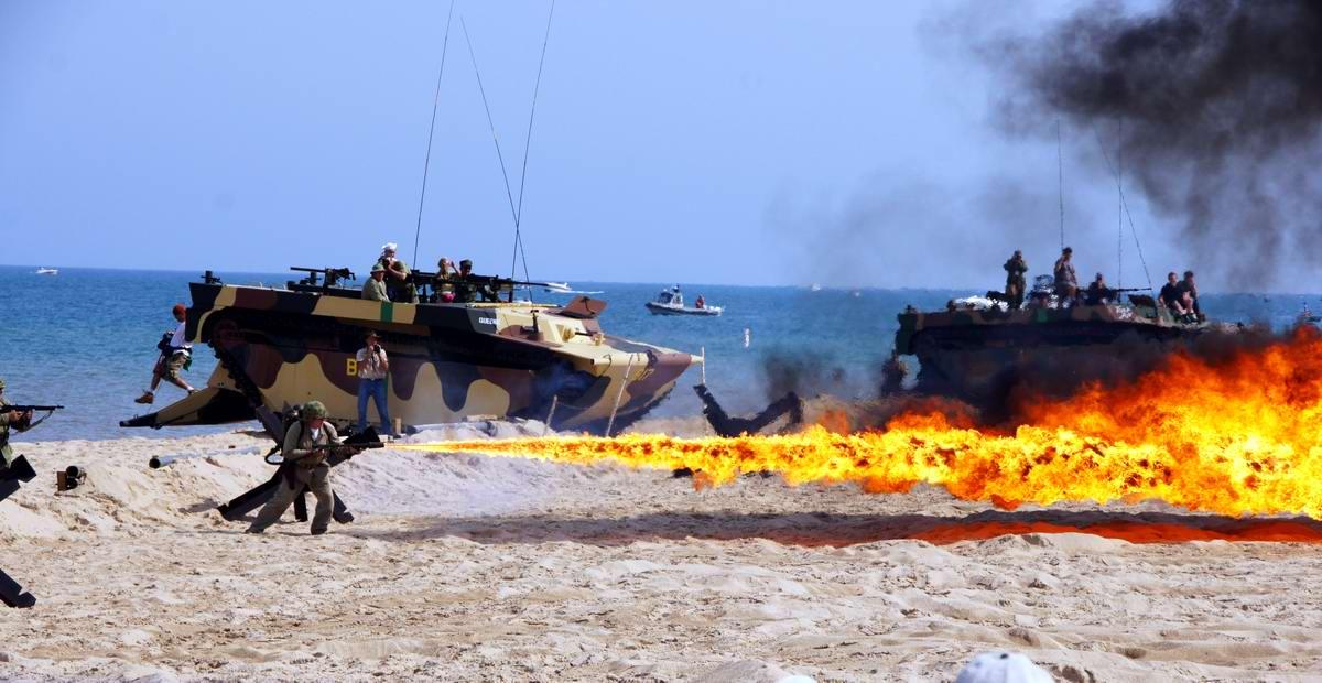 Имитация дня Д - высадки союзников на берег французской Нормандии - на берегу одного из Великих озер в штате Мичиган (США) - 1