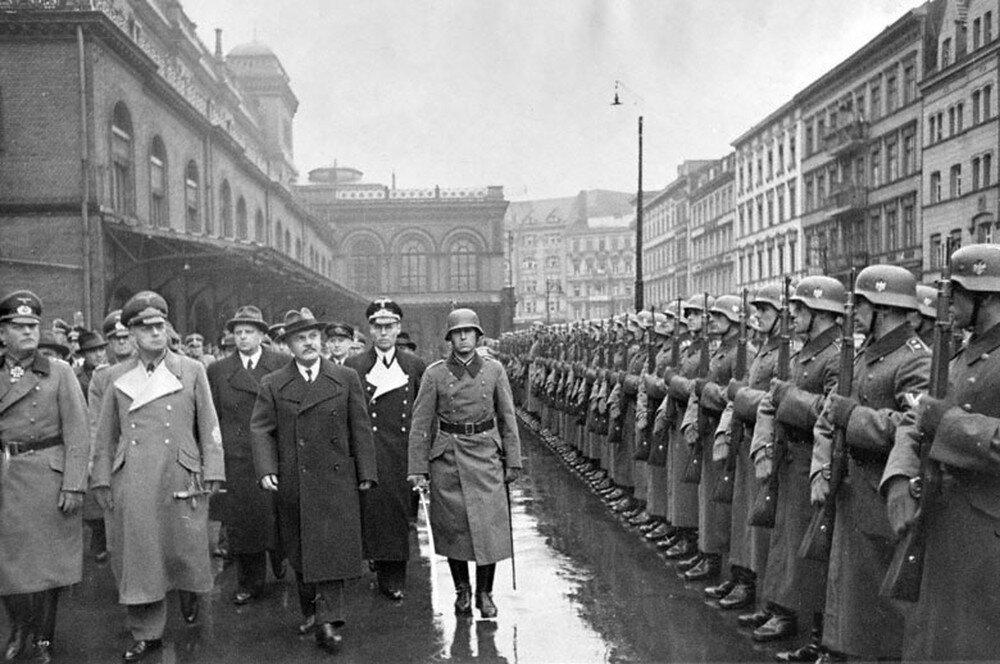 В. М. Молотов и министр иностранных дел Германии Риббентроп обходят фронт почетного караула на Ангальтском вокзале в Берлине, 12 ноября 1940 г.