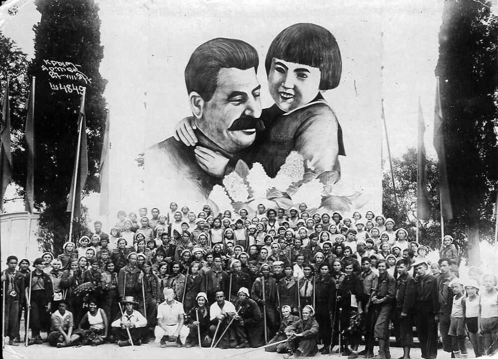 1937. Артековцы после похода
