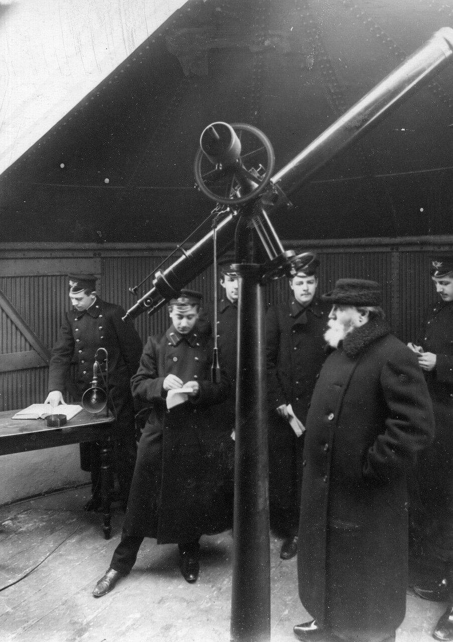 12. Группа учеников училища на занятиях астрономией