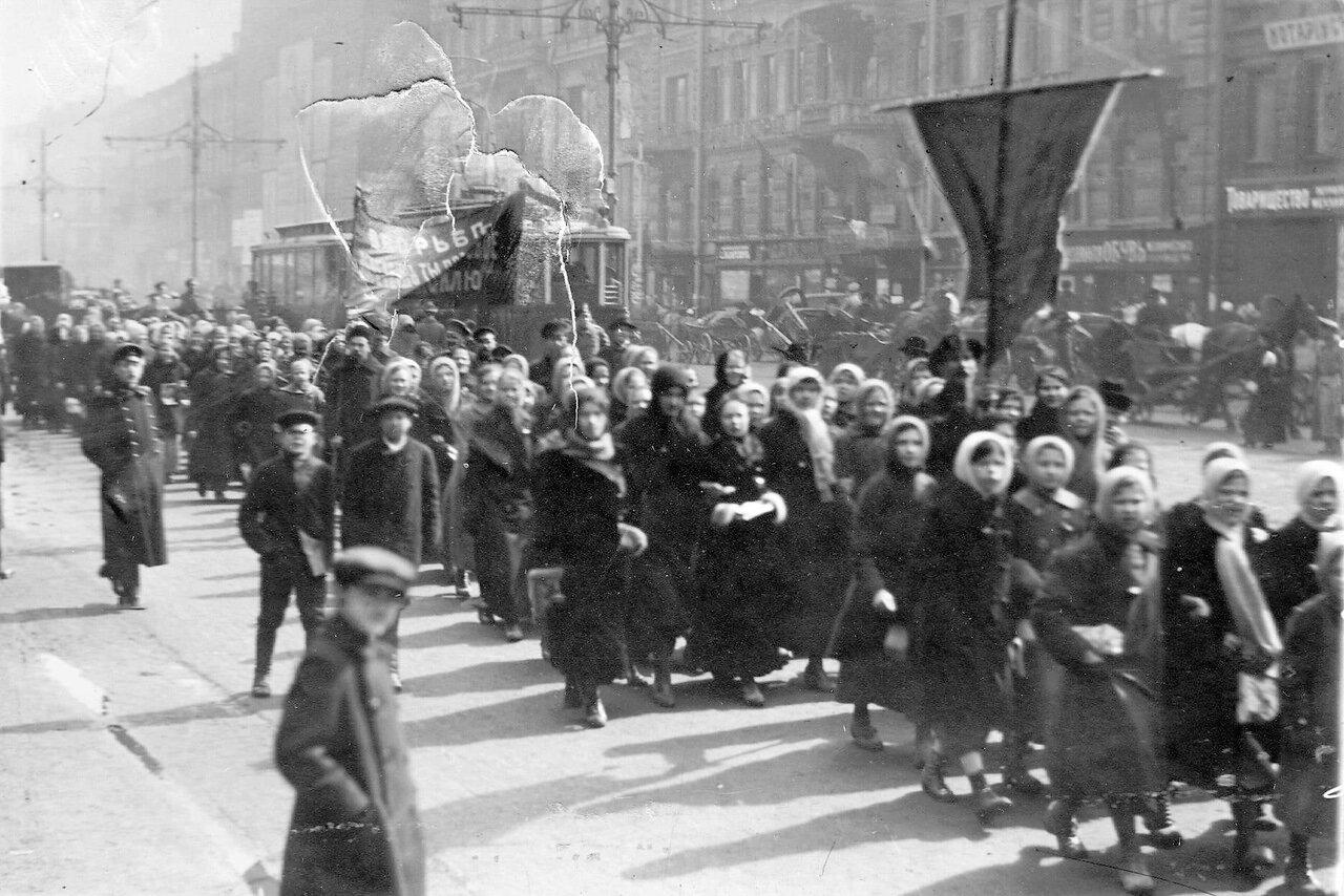 06. Колонна женщин-демонстранток на Невском проспекте. 19 марта 1917