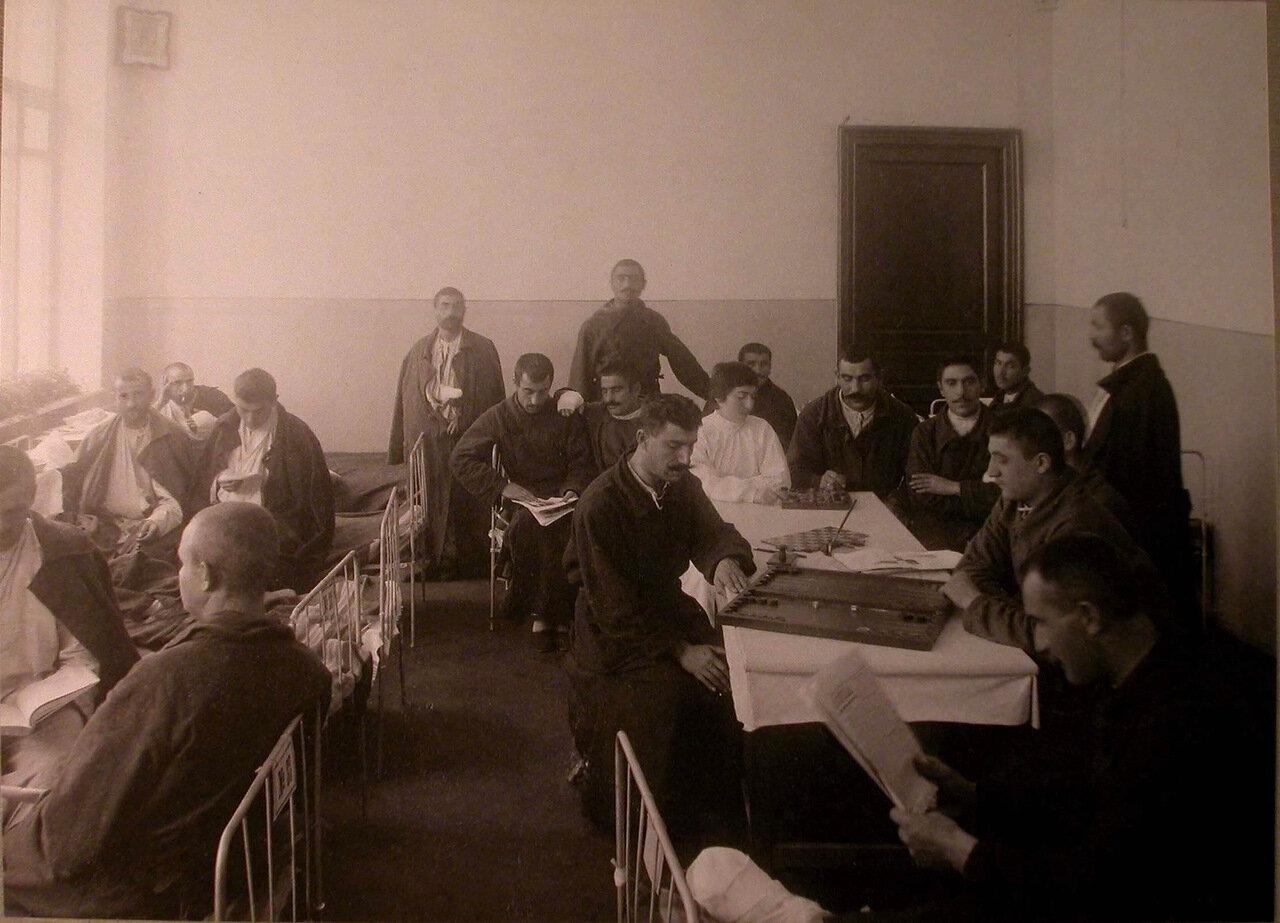25. Раненые в палате лазарета, устроенного Армянским Благотворительным обществом