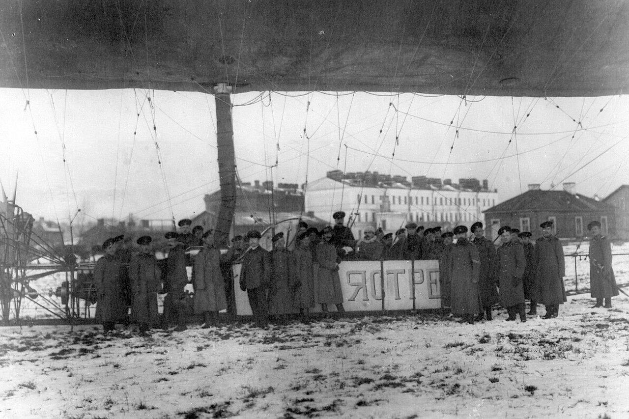 31. Группа солдат из батальона Офицерской воздухоплавательной школы с офицерами у дирижабля Ястреб перед полетом