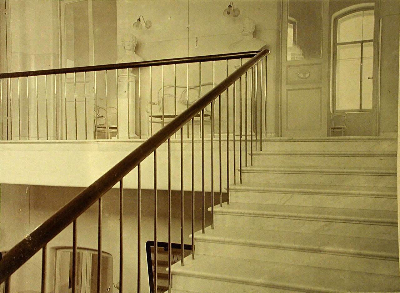 17. Лестница, ведущая на второй этаж больницы общины