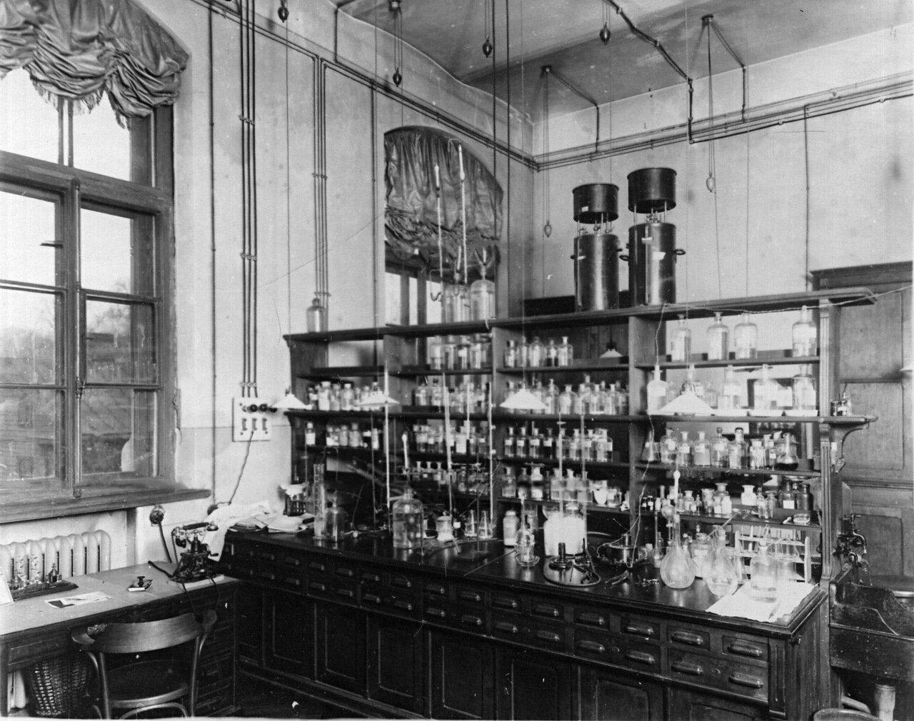 46. Лаборатория института