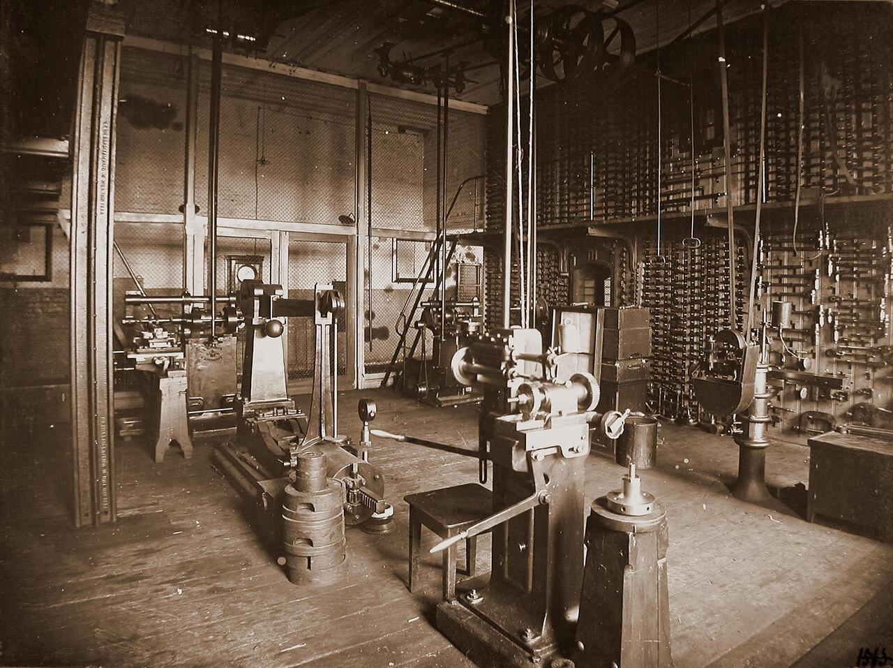 30. Вид станков (на первом плане) и инструментов (трещоток, струбцинок, коловоротов и других) в одном из цехов мастерской