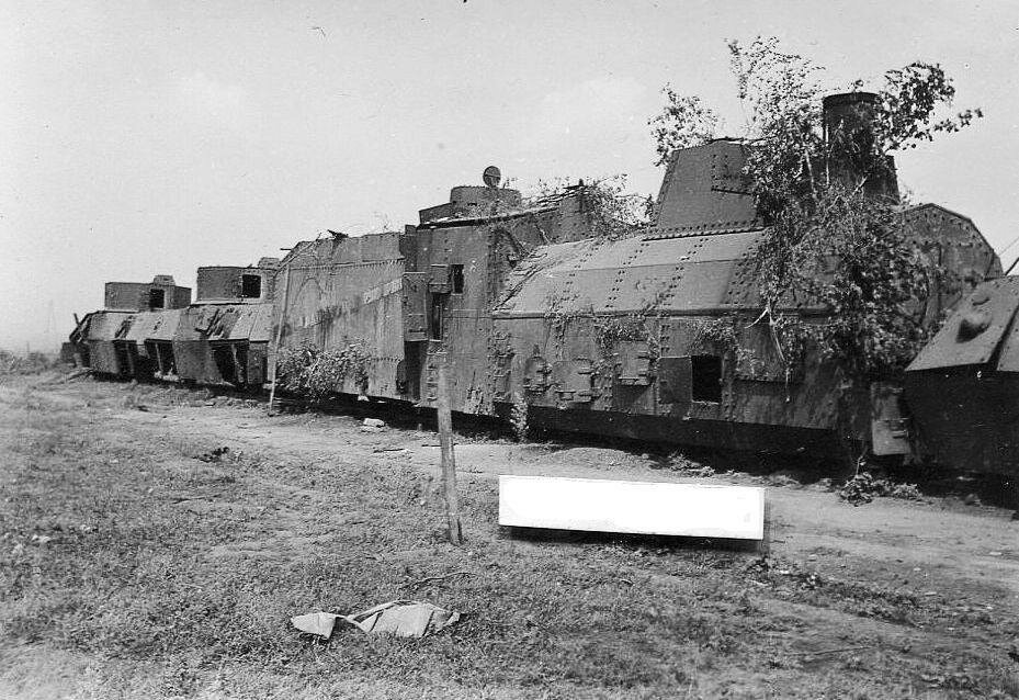"""Подбитый бронепоезд """"Южно-Уральский железнодорожник"""". Июль 1942 года."""