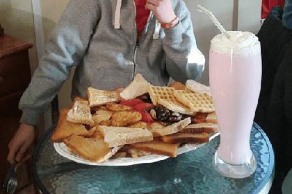В меню одного из английских кафе появился самый калорийный завтрак в мире