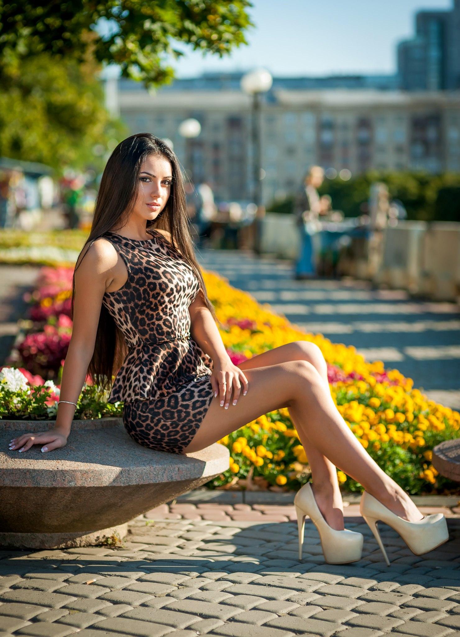 Шатенка в леопардовом летнем платье