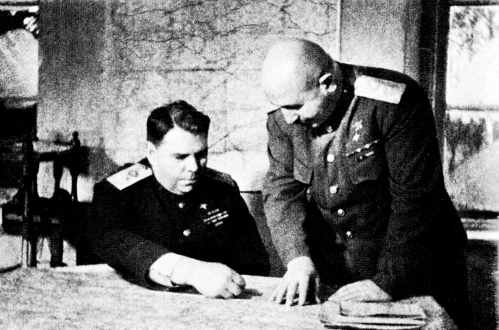 Командующий 3-м Белорусским фронтом А.М. Василевский и его заместитель И.Х. Баграмян уточняют план штурма Кенигсберга.jpeg