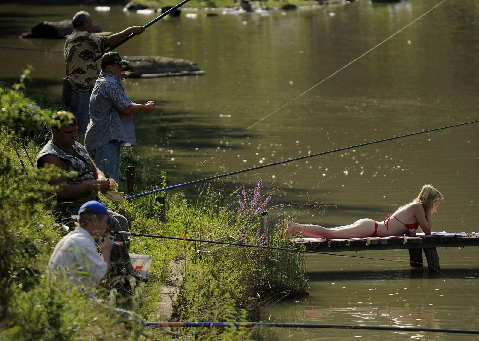 рыбаки и девушка