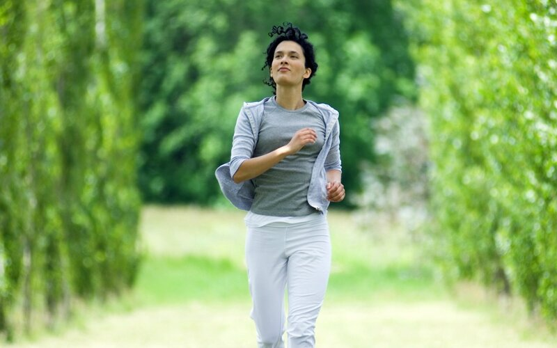 МИФ о беге Young woman jogging outdoors