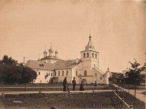 Вид церкви Успения Пресвятой Богородицы и колокольни в Свято-Успенском женском монастыре.