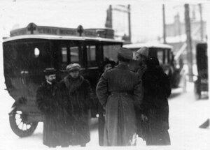 Служащие поезда у санитарных карет Красного Креста [в день прибытия поезда в Петроград]
