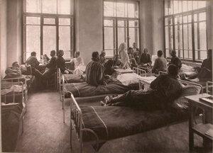 Раненые в палате лазарета при Сиротском приюте имени Бахрушиных.