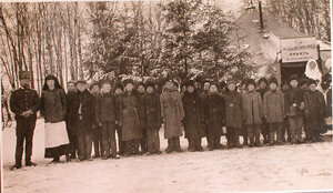Группа учеников школы, открытой для беженцев при перевязочно-питательном пункте №1, организованном отрядом Красного Креста В.М.Пуришкевича (школа была единственной в Новгородском уезде).