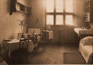Вид части комнаты сестер милосердия в помещении госпиталя.