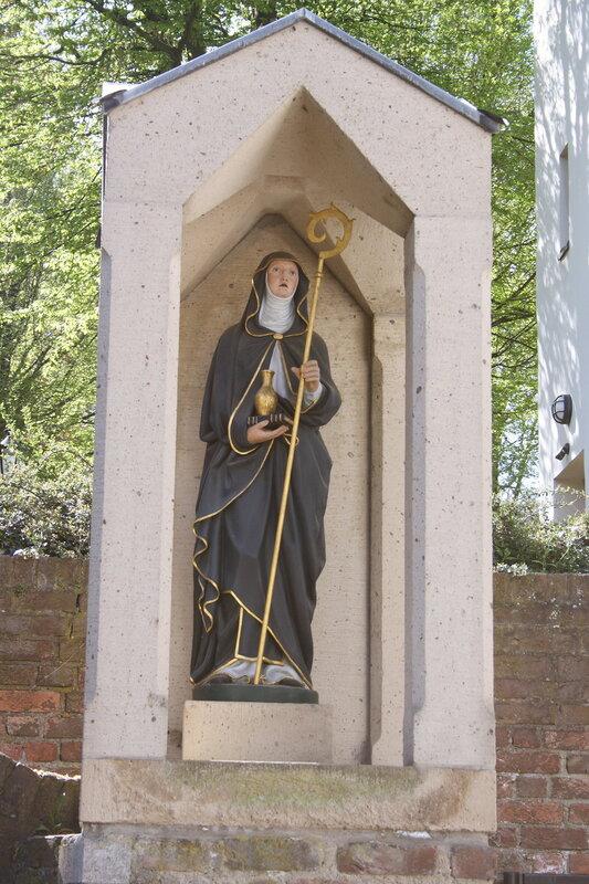 Katholische Pfarrkirche St. Walburga in Walberberg, Stadtteil von Bornheim, Statue der hl. Walburga
