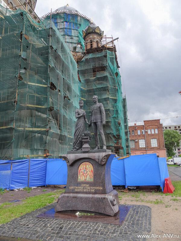 Рядом с церковью установлен памятник Николаю Второму и его жене.