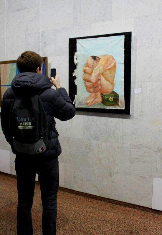Посетитель выставки азиатской живописи