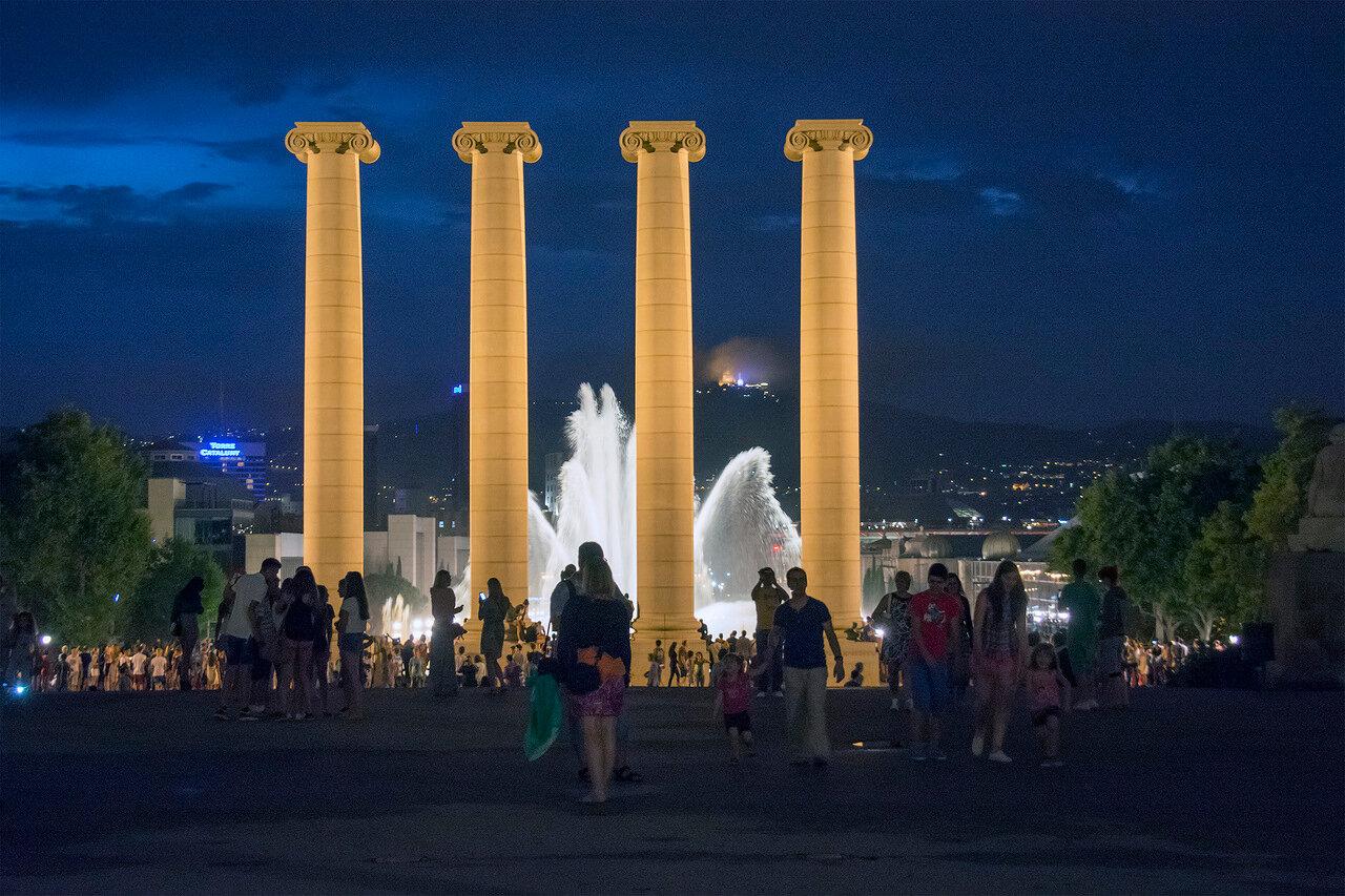 Поющие фонтаны Барселоны. Большой фонтан. Вид от Национального Дворца в сторону Площади Испании.