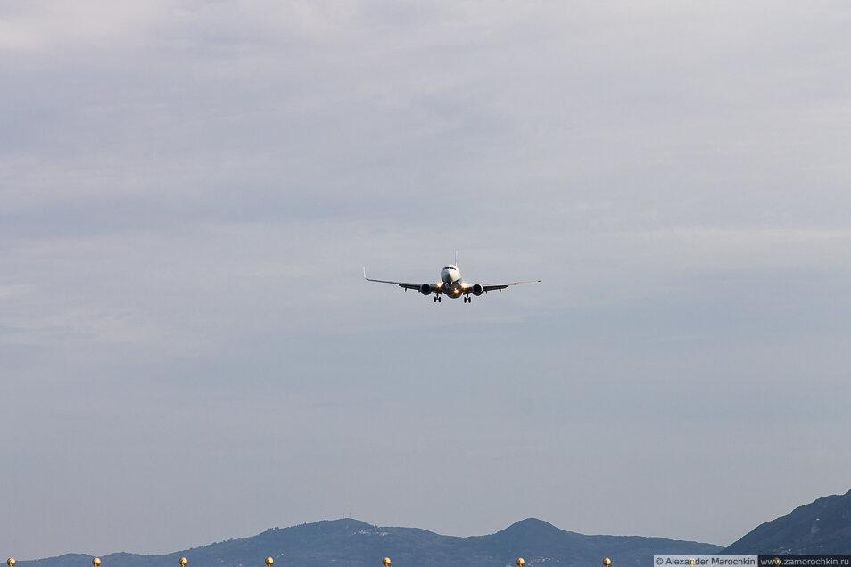 Самолёт идёт на посадку в Керкире, Корфу, Греция