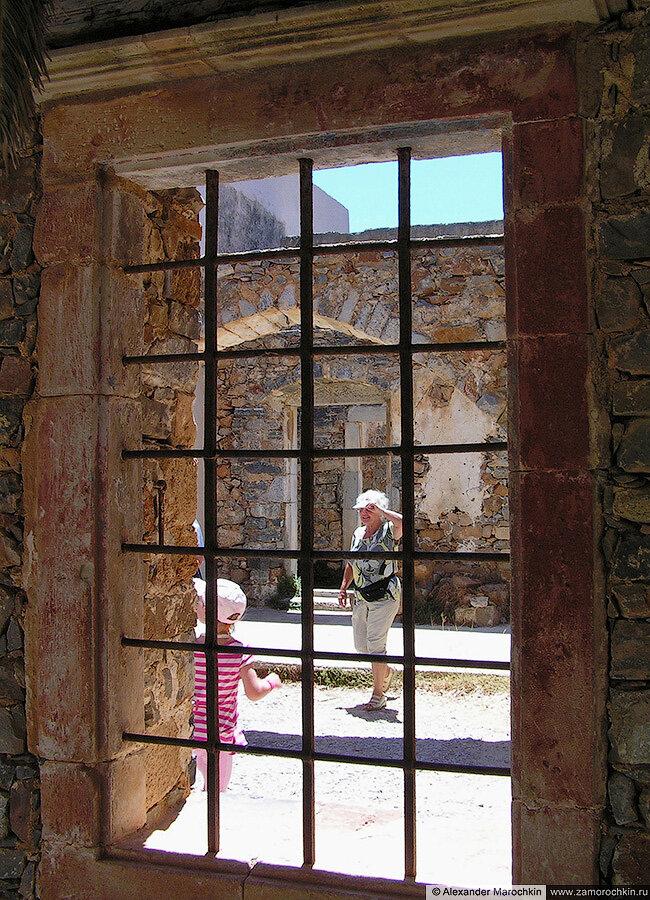 Окно и решётка на острове Спиналонга