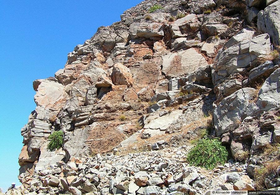 Осыпающаяся горная порода на острове Спиналонга