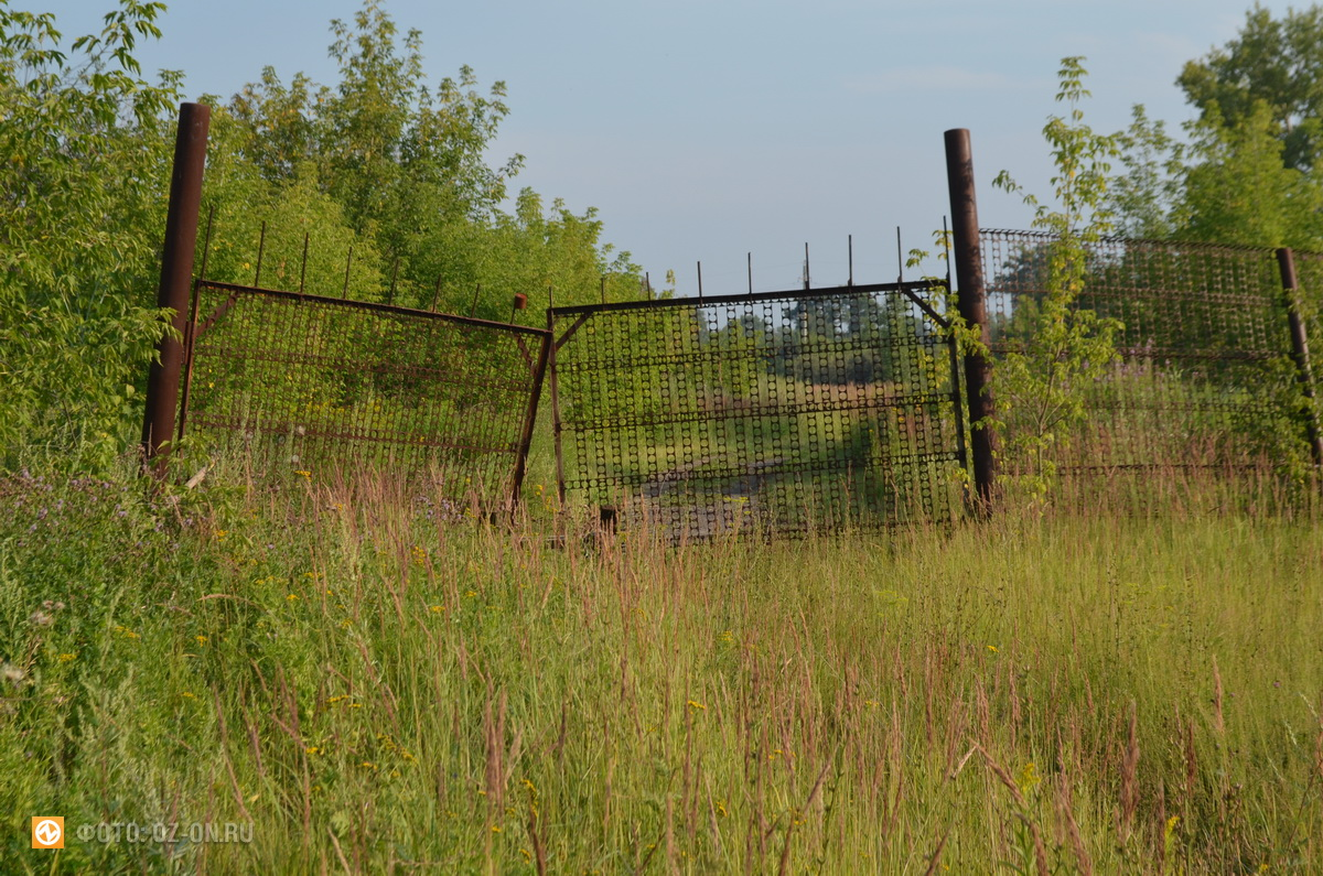 ветхий забор, который может преодолеть любой желающий