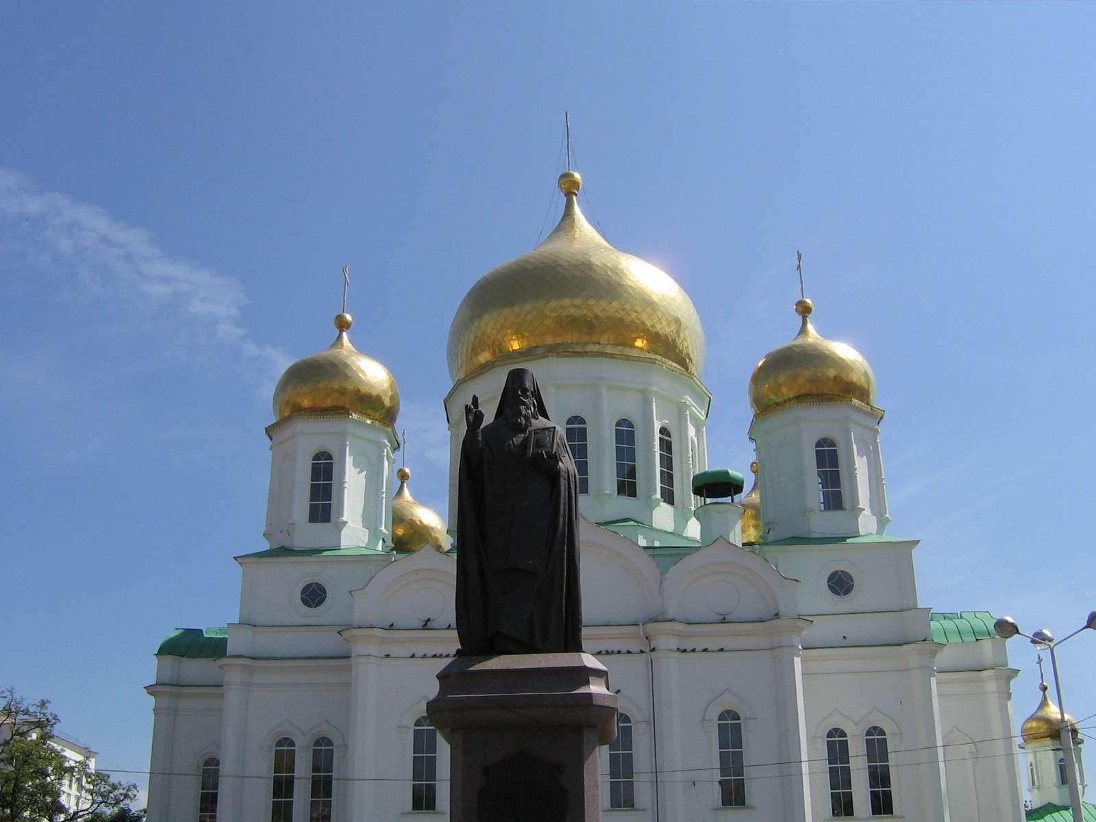 Памятник Димитрию Ростовскому напротив Кафедрального собора В центре Ростова-на-Дону