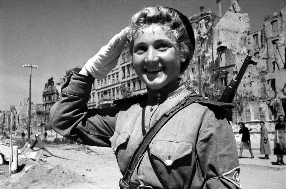 Советская регулировщица в Берлине (1 мая 1945 года)