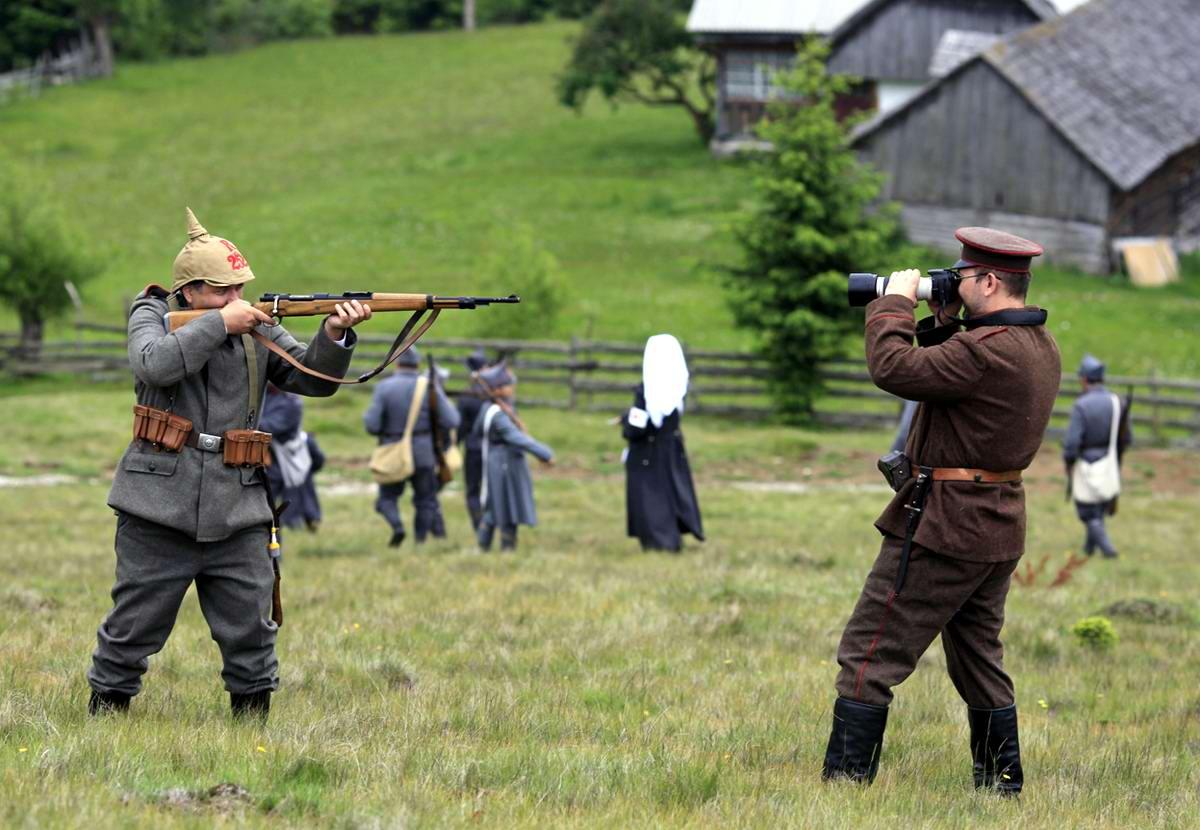 Реконструктор в форме солдата Австро-Венгерской империи позирует фотографу в окрестностях Бухареста