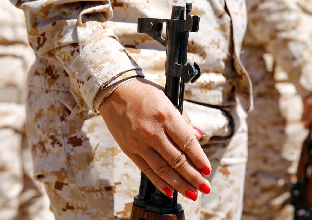 Красота и оружие: женский взгляд на существующую проблему