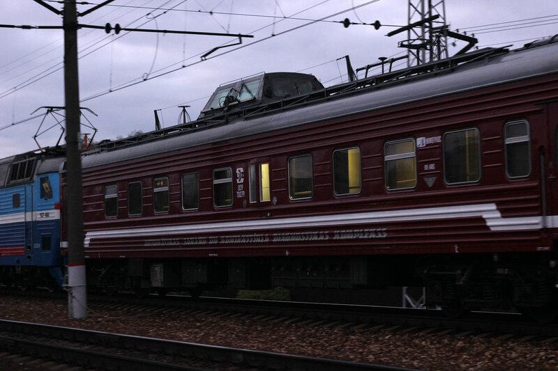 ЧС7-062 с поездом №1 Москва - Рига на станции Нахабино, лаборатория КС
