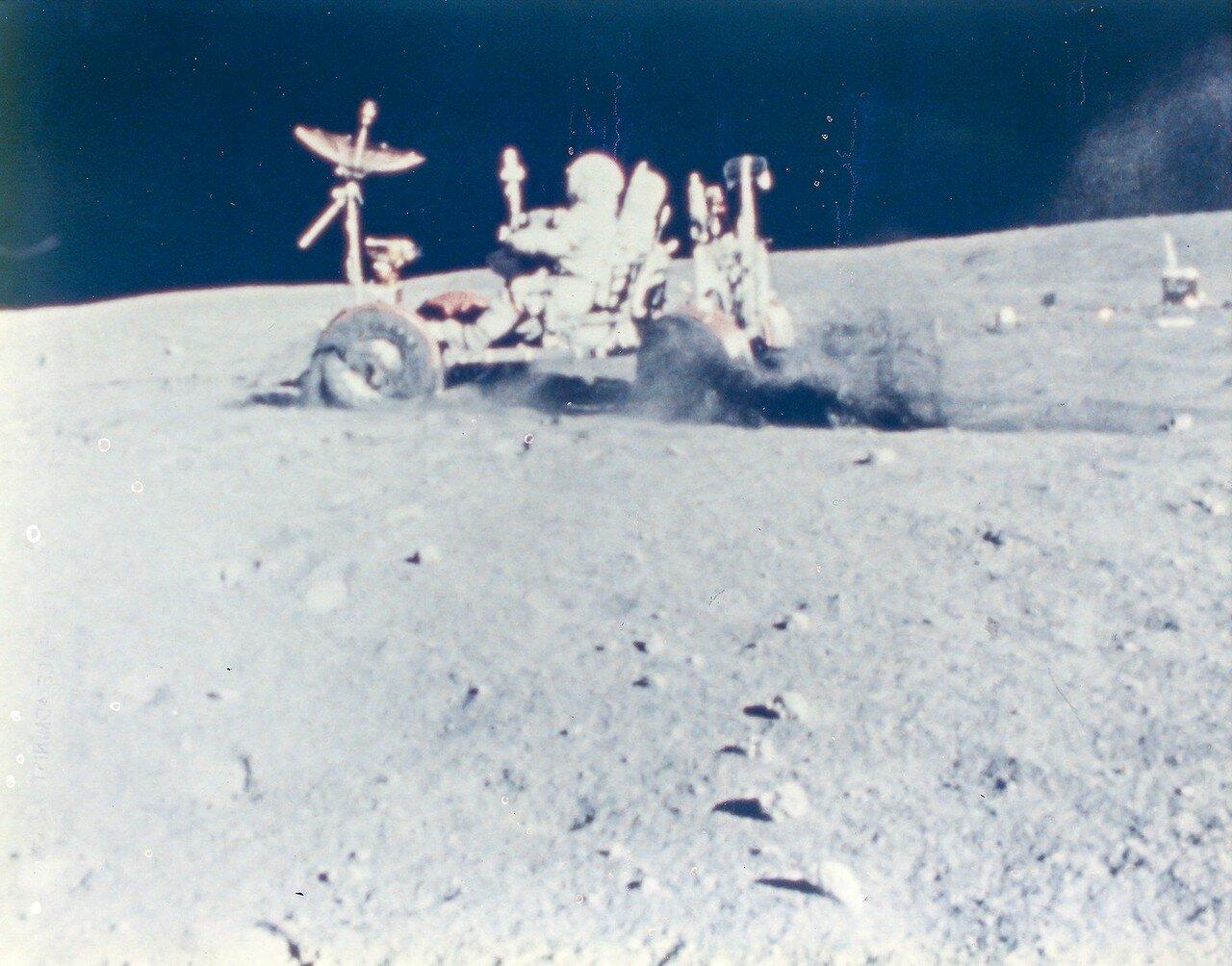 После возвращения к лунному модулю, астронавты по плану устроили так называемый гран-при. Янг совершил демонстрационную поездку на «Ровере», выполняя заранее оговорённые на Земле манёвры. На снимке: Лунный Гран-при
