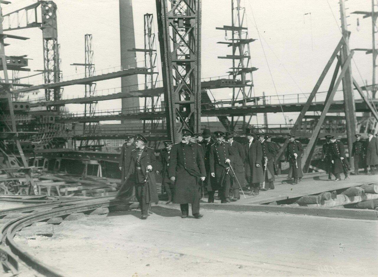 Группа инженеров на стапелях в день закладки зданий отдела Подводного плавания в присутствии морского министра адмирала И.К. Григоровича
