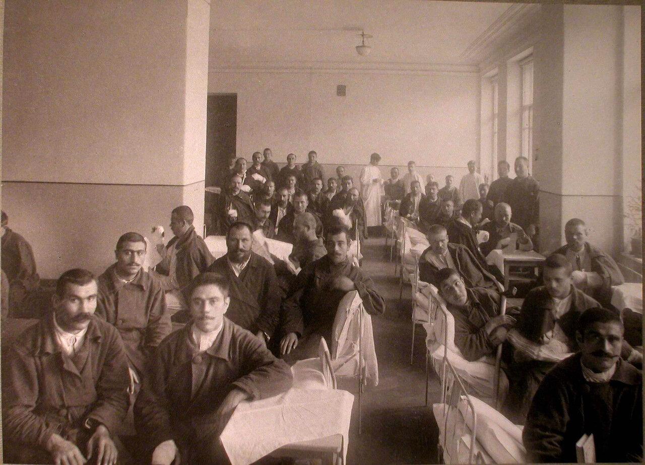 24. Раненые в палате лазарета, устроенного Армянским Благотворительным обществом