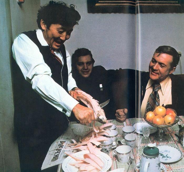 Якутский народный артист Гавриил Колесов готовит строганину для автора книги Барта Макдауэлла (справа) и переводчика Геннадия Соколова