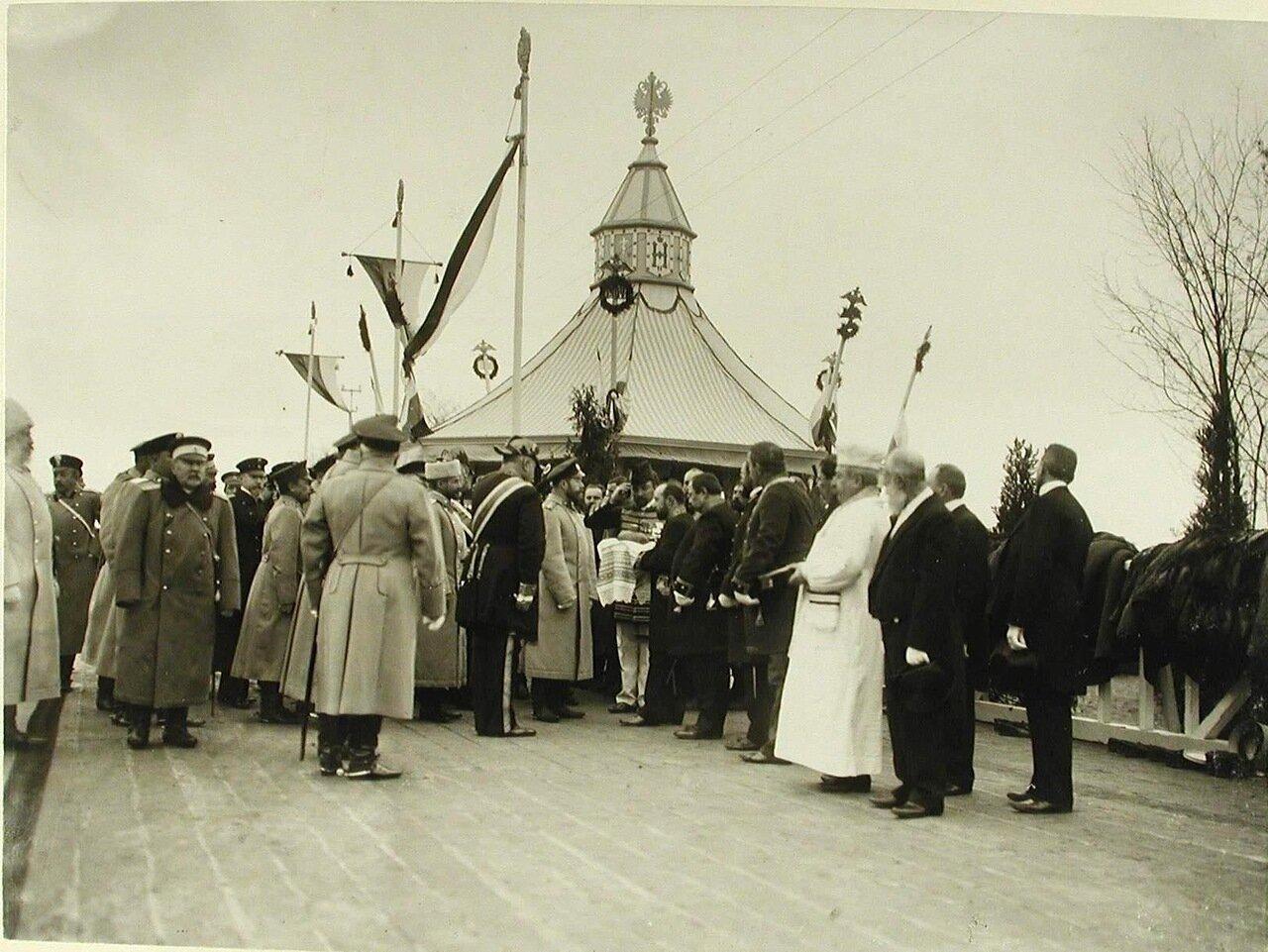 03. Губернские чиновники встречают императора Николая II хлебом-солью