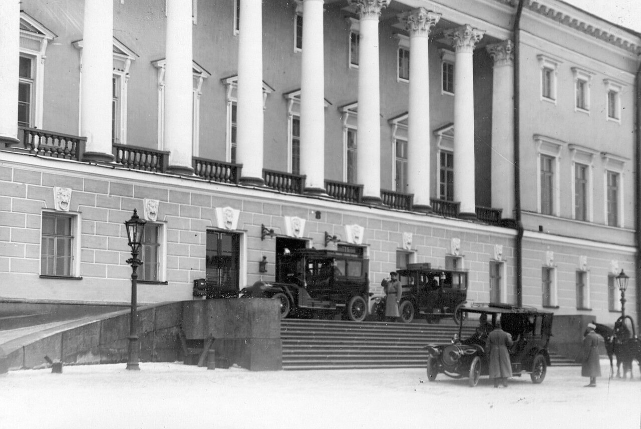 04. Автомобили у подъезда здания Сената. 1911