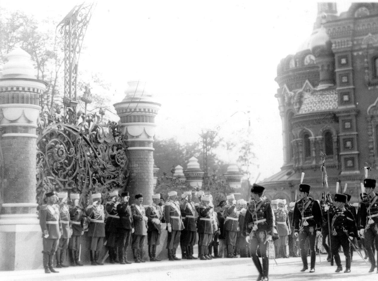 23. Лейб-гвардии гусарский его величества полк проходит мимо императора Николая II в день освящения храма