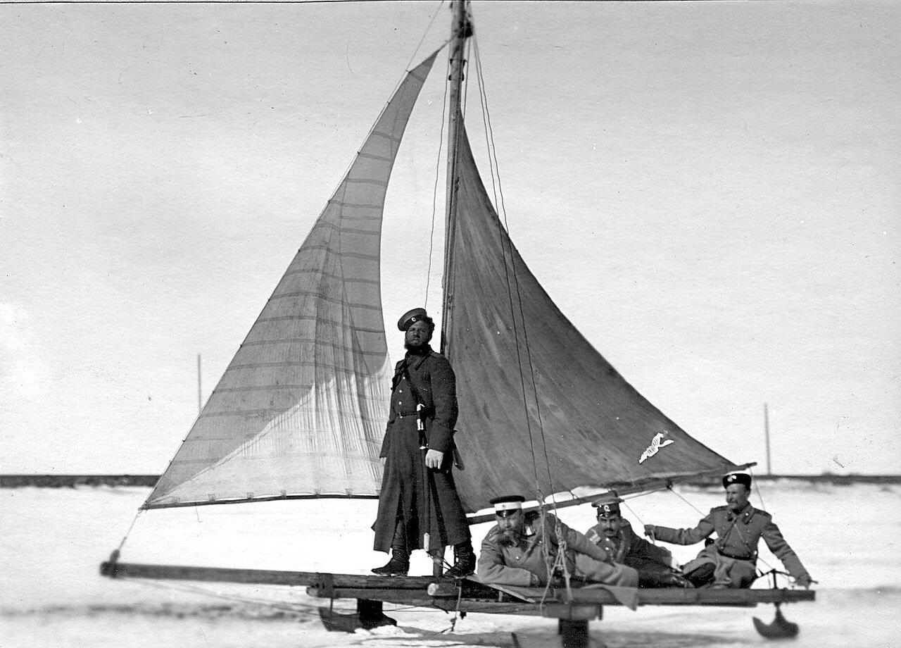 42.Казак лейб-гвардии Атаманского полка (стоит) и гвардейские офицеры на буере. 1908