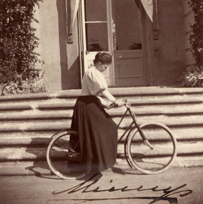Вдовствующая императрица Мария Федоровна во время велосипедной прогулки. 1900-е