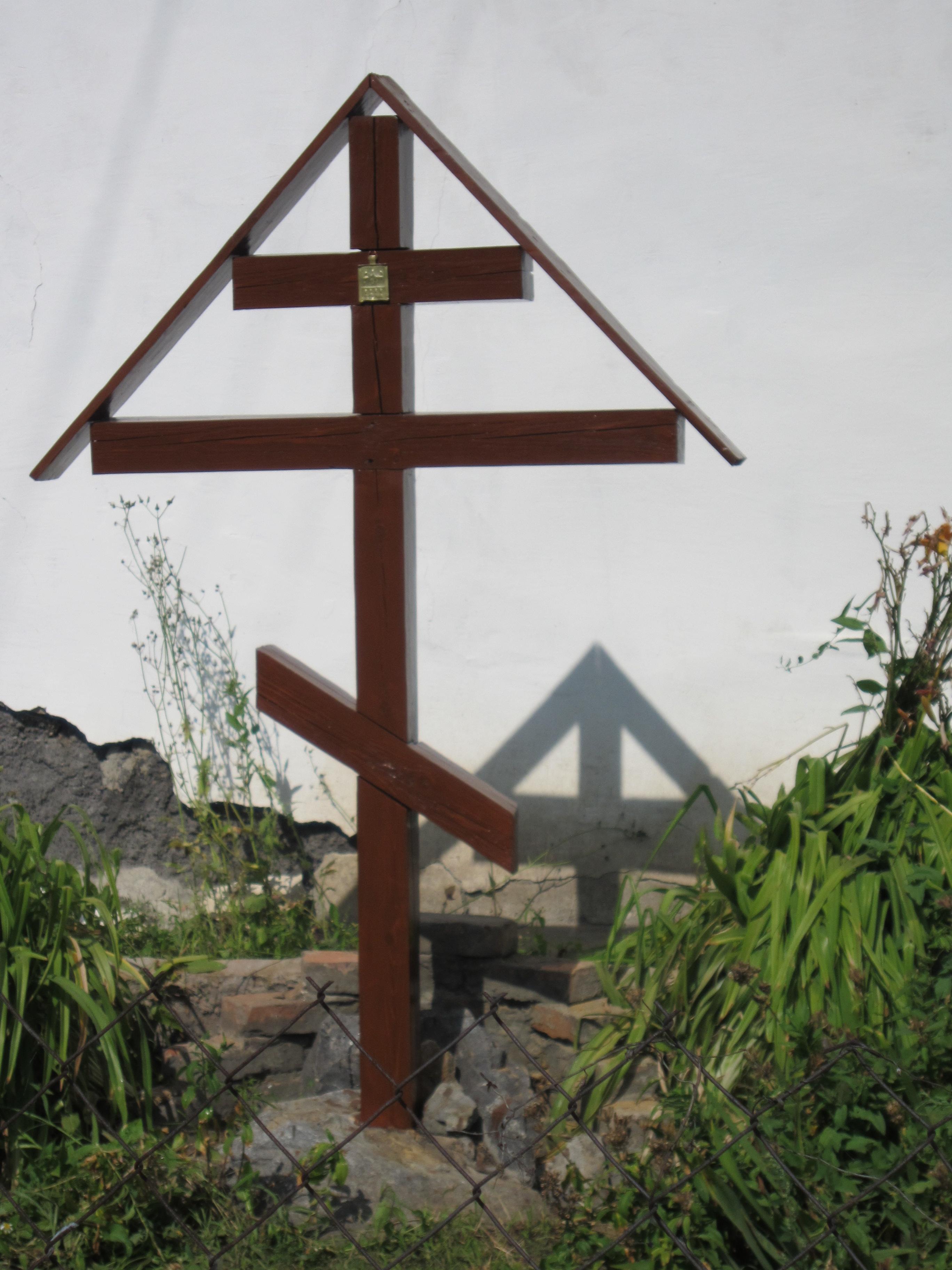 Возле временного здания церкви— поклонный крест (15.08.2014)