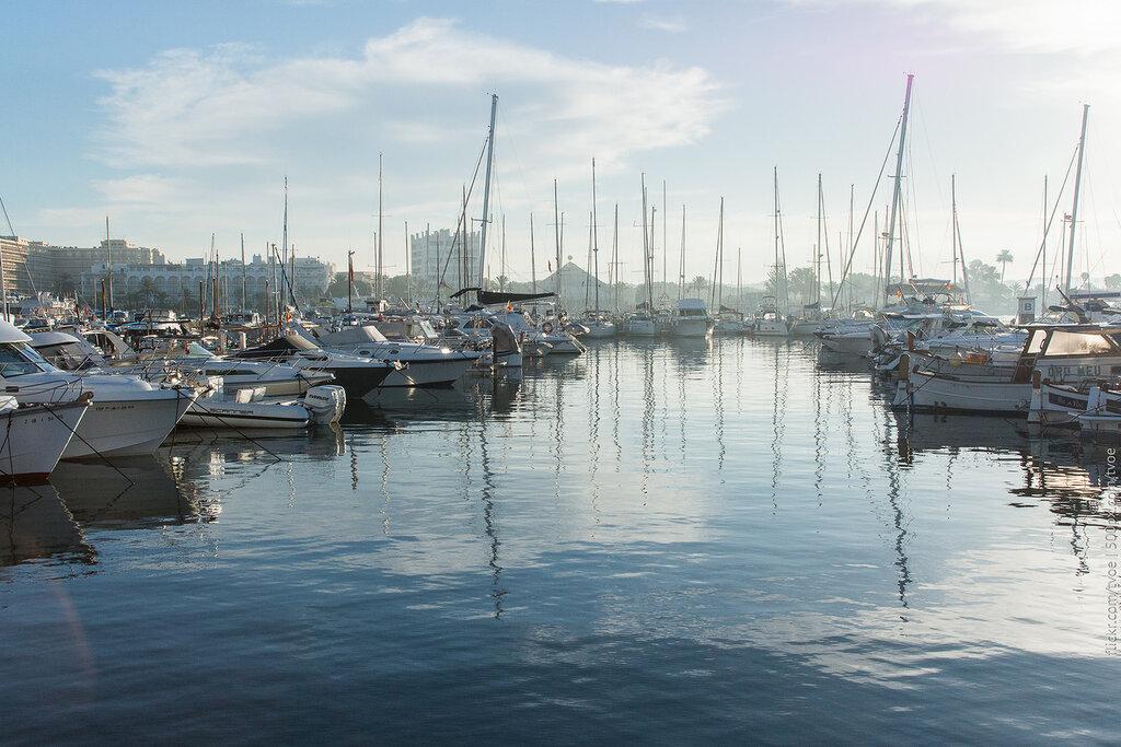 Яхты и вода в марине Сан-Антонио на Ибице утром