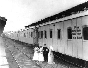 Медицинские сёстры у поезда