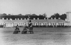 Император Николай II вручает новый штандарт командиру Собственного Его Императорского Величества Конвоя генерал-майору  князю Георгию Ивановичу Трубецкому  в день празднования 100-летнего юбилея Конвоя.